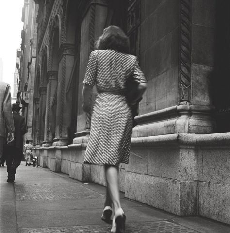Stanley Kubrick, Street Conversations – Woman walking down the street , 1946. Courtesy Museum of the City of New York, Geschenk von Cowles Communications, Inc. © SK Film Archives, LLC