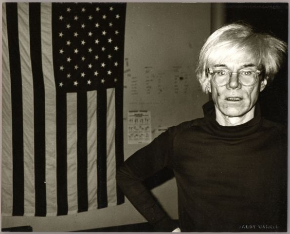 Andy Warhol, Andy Warhol and American Flag, 1983, Unikat, Vintage Gelatine Silver Print, 20,3 x 25,4 cm, Courtesy Galerie Bruno Bischofberger, Schweiz © Foto: Galerie Bruno Bischofberger, Schweiz © 2014, The Andy Warhol Foundation for the Visual Arts, Inc., New York; Bildrecht, Wien