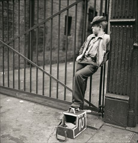 Stanley Kubrick, Shoe Shine Boy - Mickey mit seinem Schuhputz-Stand, 1947. Courtesy Museum of the City of New York, Geschenk von Cowles Communications, Inc. © SK Film Archives, LLC