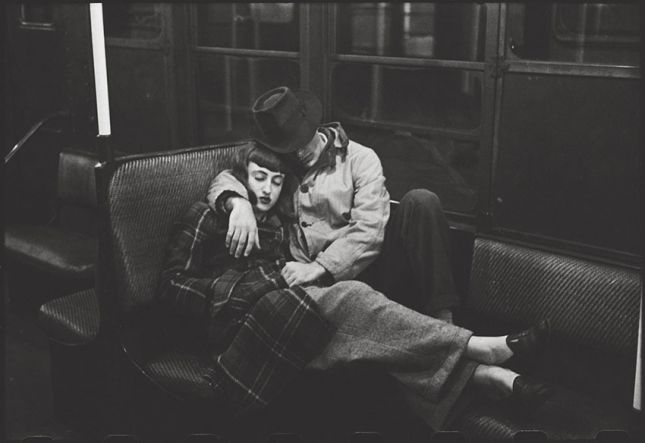 Stanley Kubrick, New York Subway – Young lovers , 1947. Courtesy Museum of the City of New York, Geschenk von Cowles Communications, Inc. © SK Film Archives, LLC